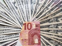 ευρωπαϊκό τραπεζογραμμάτιο δέκα ευρο- και του υποβάθρου με τους αμερικανικούς λογαριασμούς δολαρίων