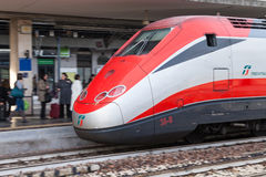 Ευρωπαϊκό intercity τραίνο στο σταθμό της Μπολόνιας στοκ εικόνα