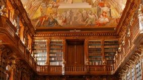 Ευρύς γέρνοντας πυροβολισμός γωνίας της κύριας βιβλιοθήκης στο μοναστήρι Strahov στην Πράγα, Δημοκρατία της Τσεχίας (Czechia) φιλμ μικρού μήκους