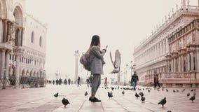 Ευρύς πυροβολισμός του ευτυχούς θηλυκού τουρίστα που παίρνει τις φωτογραφίες smartphone στο καταπληκτικό τετραγωνικό σύνολο SAN M φιλμ μικρού μήκους