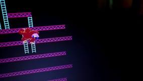 Ευρύς πυροβοληθείς χαρακτήρας γορίλλων «Kong γαιδάρων» που αναρριχείται στη σκάλα κατά τη διάρκεια του αρχικού gam φιλμ μικρού μήκους