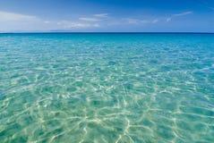 Ευρύς πυροβολισμός της απομονωμένης παραλίας παραδείσου με τα ήρεμα σαφή νερά Στοκ εικόνα με δικαίωμα ελεύθερης χρήσης