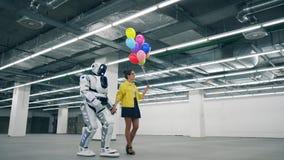 Ευρύχωρη αίθουσα με μια γυναίκα και ένα ρομπότ που περπατούν από κοινού απόθεμα βίντεο