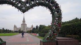 Ευρύχωρη εξωραϊσμένη περιοχή μπροστά από το κεντρικό κτίριο του κρατικού πανεπιστημίου της Μόσχας Ρωσία απόθεμα βίντεο