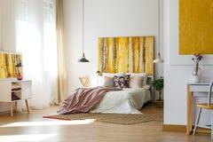 Ευρύχωρη θερμή κρεβατοκάμαρα στοκ φωτογραφίες