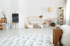 Ευρύχωρη καφετιά και άσπρη κρεβατοκάμαρα Στοκ Εικόνες