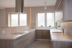 Ευρύχωρη κουζίνα στα ελαφριά χρώματα Στοκ εικόνα με δικαίωμα ελεύθερης χρήσης