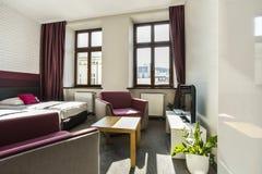 Ευρύχωρη κρεβατοκάμαρα ξενοδοχείων με το δίδυμο κρεβάτι Στοκ Εικόνα