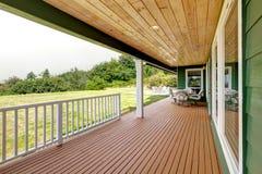 Ευρύχωρη ξύλινη γέφυρα με το επιτραπέζιο σύνολο patio Άποψη κατωφλιών Στοκ Φωτογραφία