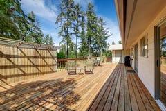 Ευρύχωρη ξύλινη γέφυρα με το επιτραπέζιο σύνολο patio Στοκ φωτογραφία με δικαίωμα ελεύθερης χρήσης
