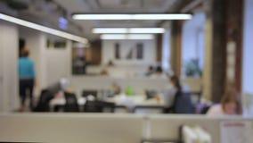 Ευρύχωρος εργασιακός χώρος όπου οι υπάλληλοι εργάζονται στην κορυφαία επιχείρηση φιλμ μικρού μήκους