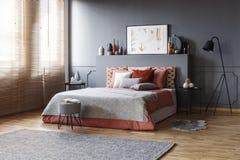 Ευρύχωρο εσωτερικό κρεβατοκάμαρων με ένα comfy κρεβάτι, μαξιλάρια, λαμπτήρας, χρώμα στοκ εικόνες με δικαίωμα ελεύθερης χρήσης
