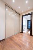 Ευρύχωρο εσωτερικό προθαλάμων με τη σύγχρονη συρόμενη πόρτα ντουλαπιών Στοκ εικόνα με δικαίωμα ελεύθερης χρήσης