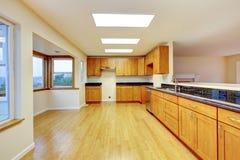 Ευρύχωρο δωμάτιο κουζινών με τα γραφεία και τις μαύρες κορυφές γρανίτη Στοκ Εικόνα