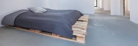 Ευρύχωρο δωμάτιο στο minimalistic ύφος Στοκ εικόνες με δικαίωμα ελεύθερης χρήσης