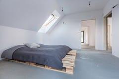 Ευρύχωρο δωμάτιο στο minimalistic ύφος Στοκ φωτογραφία με δικαίωμα ελεύθερης χρήσης