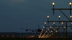 Ευρύ αεροπλάνο σωμάτων που πλησιάζει στον αερολιμένα στα ξημερώματα απόθεμα βίντεο