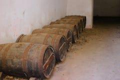 ευρύ κρασί όψης κελαριών βαρελιών γωνίας Στοκ Φωτογραφία
