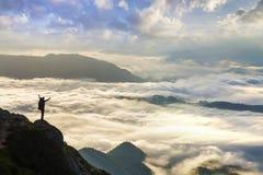 Ευρύ πανόραμα βουνών Η μικρή σκιαγραφία του τουρίστα με το σακίδιο πλάτης στη δύσκολη βουνοπλαγιά με αυξημένος παραδίδει την κοιλ στοκ φωτογραφίες με δικαίωμα ελεύθερης χρήσης
