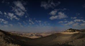 Ευρύ πανόραμα στην έρημο με το cloudscape Στοκ Φωτογραφίες
