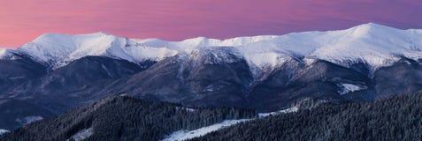 Ευρύ πανόραμα της χιονώδους κορυφογραμμής βουνών στην αυγή Στοκ φωτογραφία με δικαίωμα ελεύθερης χρήσης