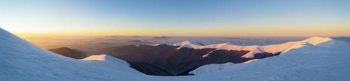Ευρύ πανόραμα της χιονώδους κορυφογραμμής βουνών στοκ φωτογραφίες με δικαίωμα ελεύθερης χρήσης