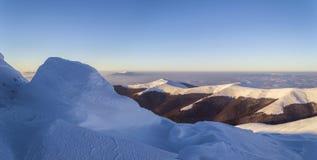 Ευρύ πανόραμα της χιονώδους κορυφογραμμής βουνών στοκ εικόνες με δικαίωμα ελεύθερης χρήσης