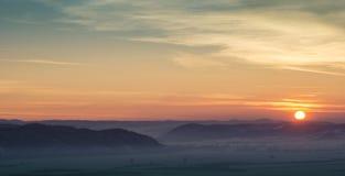 Ευρύ τοπίο βουνών ηλιοβασιλέματος Στοκ Εικόνες