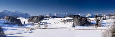 Ευρύ τοπίο πανοράματος στη Βαυαρία με τα βουνά ορών και λίμνη το χειμώνα Στοκ Φωτογραφία