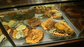 Ευρύ φάσμα των θαλασσινών που βρίσκεται στην προθήκη λίγου εστιατορίου, κουζίνα θάλασσας απόθεμα βίντεο