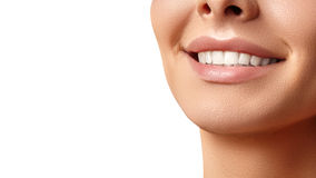 Ευρύ χαμόγελο της νέας όμορφης γυναίκας, τέλεια υγιή άσπρα δόντια Οδοντική λεύκανση, ortodont, δόντι προσοχής και wellness στοκ εικόνες με δικαίωμα ελεύθερης χρήσης