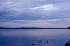 Ευρύ waterscape ενάντια στο νεφελώδη ουρανό Στοκ Εικόνες