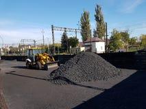 Ευρώπη Χώρα της Πολωνίας Σιδηροδρομικός σταθμός της πόλης Jaslo Τρακτέρ για το τρακτέρ για την αποστολή άνθρακα στην ηλιόλουστη η Στοκ φωτογραφία με δικαίωμα ελεύθερης χρήσης