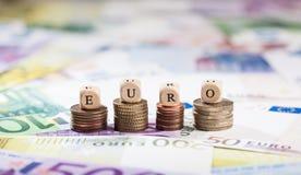 Ευρώ λέξης στους σωρούς νομισμάτων, υπόβαθρο μετρητών Στοκ Φωτογραφία
