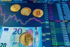 Ευρώ είκοσι ΕΥΡ, θολωμένο υπόβαθρο λογαριασμών εγγράφου Το ηλεκτρονικό πρόγραμμα του bitcoin στην ανταλλαγή, εμπόρια όγκου, επάνω στοκ φωτογραφία