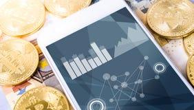 ευρώ και bitcoins με το smartphone Στοκ φωτογραφίες με δικαίωμα ελεύθερης χρήσης