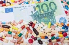 100 ευρώ μέσα στα διάφορα φαρμακευτικά είδη Στοκ φωτογραφία με δικαίωμα ελεύθερης χρήσης