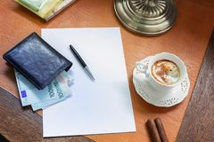 Ευρώ σε ένα μοντέρνο γραφείο με τον καφέ και έναν λαμπτήρα στοκ φωτογραφία