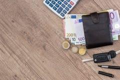 ευρώ στο πορτοφόλι με τον υπολογιστή και το νόμισμα Στοκ Φωτογραφία