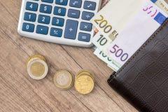 ευρώ στο πορτοφόλι με τον υπολογιστή και το νόμισμα Στοκ φωτογραφίες με δικαίωμα ελεύθερης χρήσης