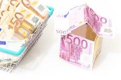 Ευρώ, το σύμβολο ενός δανείου κατοικίας Ευρωπαϊκά χρήματα με μορφή ενός σπιτιού σε ένα άσπρο υπόβαθρο στοκ εικόνες