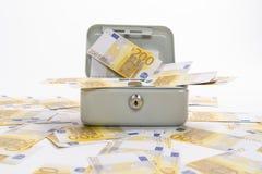 200 ευρώ των τραπεζογραμματίων που διασκορπίζονται πέρα από ασήμαντα μετρητά στοκ φωτογραφία με δικαίωμα ελεύθερης χρήσης