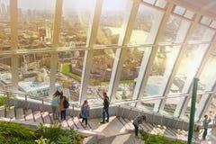 Δευτερεύοντα σκαλοπάτια κήπων ουρανού με τους περπατώντας επιχειρηματίες Λονδίνο Στοκ εικόνα με δικαίωμα ελεύθερης χρήσης