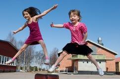 ευτυχές άλμα κοριτσιών Στοκ φωτογραφία με δικαίωμα ελεύθερης χρήσης