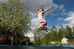 ευτυχές άλμα κοριτσιών Στοκ Εικόνες