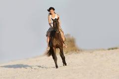 Ευτυχές άλογο οδήγησης στη φυσική ανασκόπηση Στοκ φωτογραφία με δικαίωμα ελεύθερης χρήσης