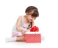 ευτυχές άνοιγμα κοριτσιών δώρων παιδιών κιβωτίων Στοκ εικόνες με δικαίωμα ελεύθερης χρήσης