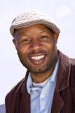 Ευτυχές άτομο αφροαμερικάνων που χαμογελά φορώντας ένα καπέλο Στοκ εικόνες με δικαίωμα ελεύθερης χρήσης