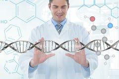 Ευτυχές άτομο γιατρών που αλληλεπιδρά με το τρισδιάστατο σκέλος DNA στοκ φωτογραφία