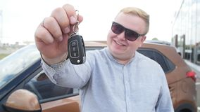 Ευτυχές άτομο με τα κλειδιά από το νέο αυτοκίνητο φιλμ μικρού μήκους